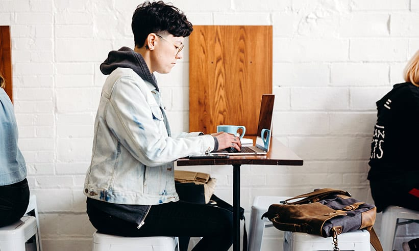 カフェで仕事をする男性