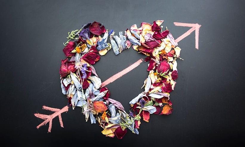 花弁で作ったハートをチョークで書かれた矢印が貫いている