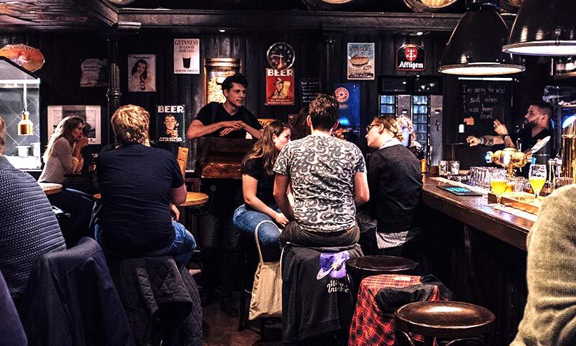 バーでお酒を飲む複数の男女