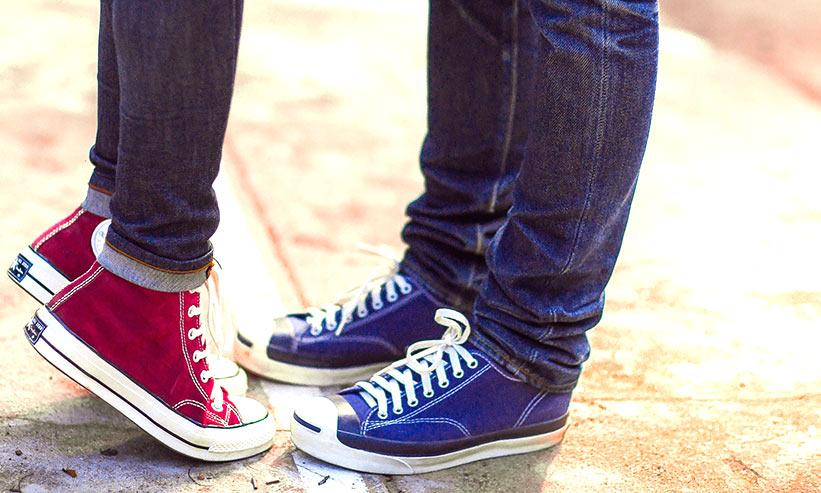 色違いの靴を履いたカップルの足下