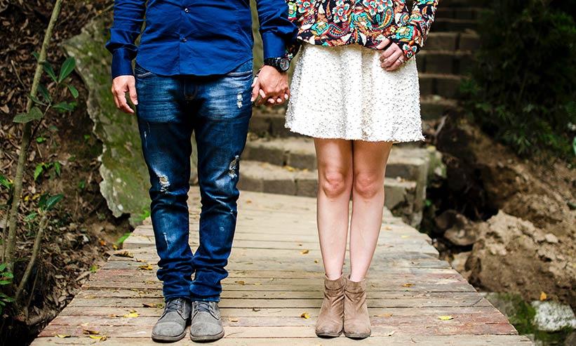 立って手を繋ぐカップルの足元
