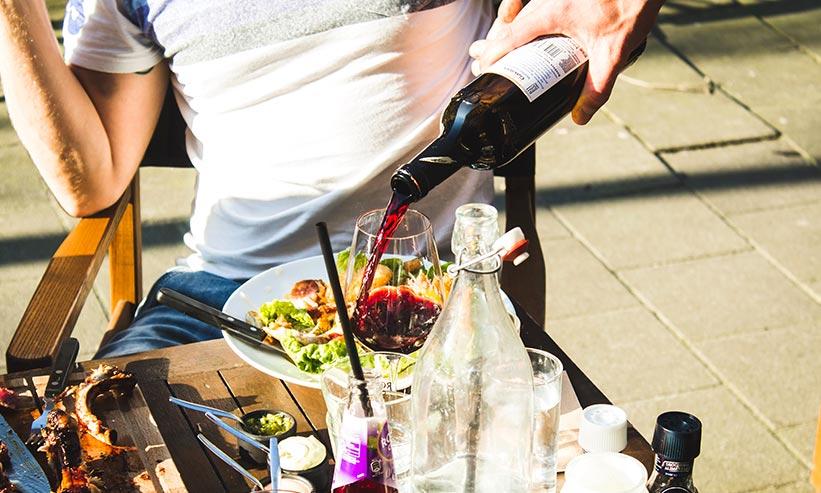 ワイングラスにワインを注ぐ様子