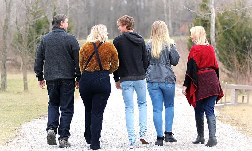 5人家族の歩いている後ろ姿