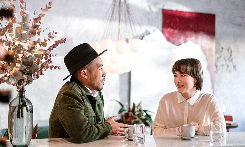 カフェで話すカップル