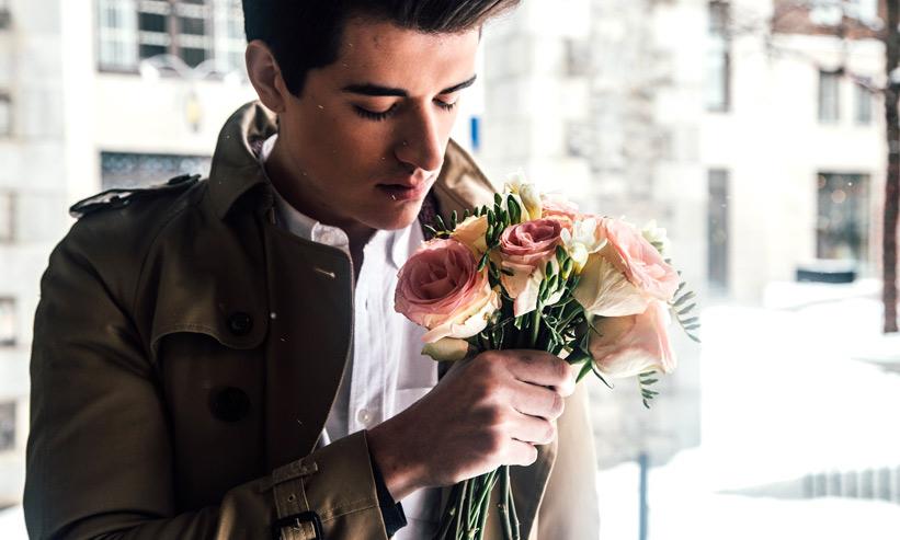 小さい花束を持つ男性