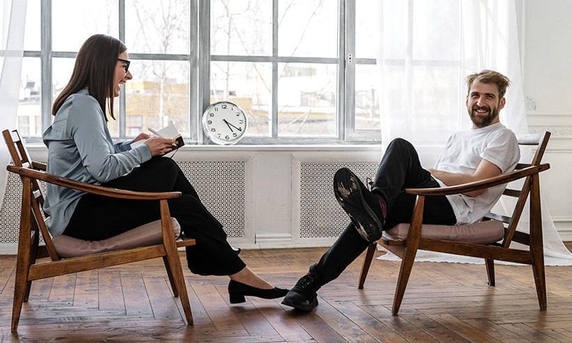 椅子に座りながら楽しそうに話すカップル