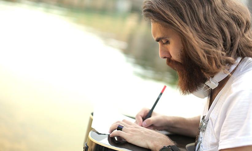 手紙を書く男性
