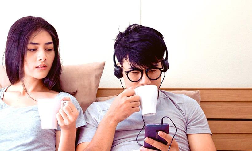 コー座ってコーヒーを飲んでいるカップル