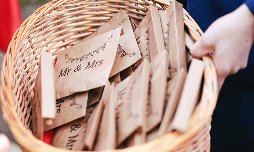 Mr&Mrsと書かれた小さな紙袋