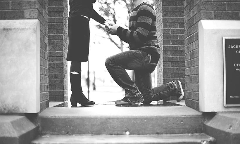 膝をついてプロポーズする男性