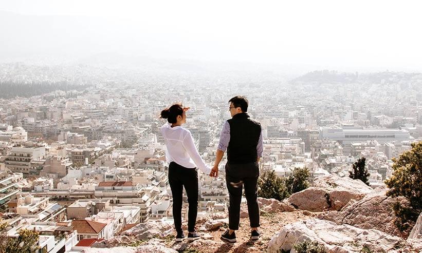 街並みを眺めるカップル
