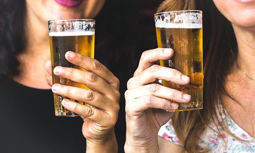 ビールを飲んでいる2人の女性