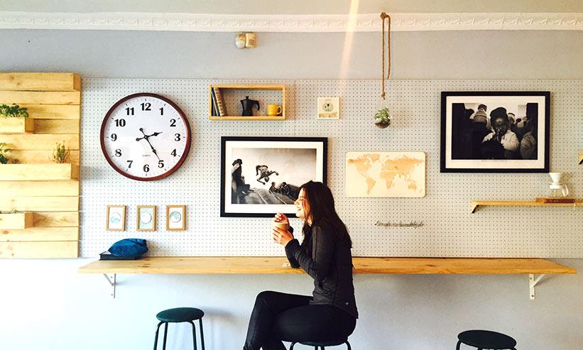 カフェで笑いながらコーヒーを飲む女性