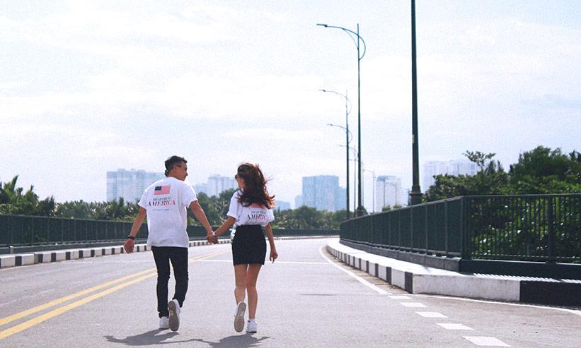 見つめあいながら歩くカップル