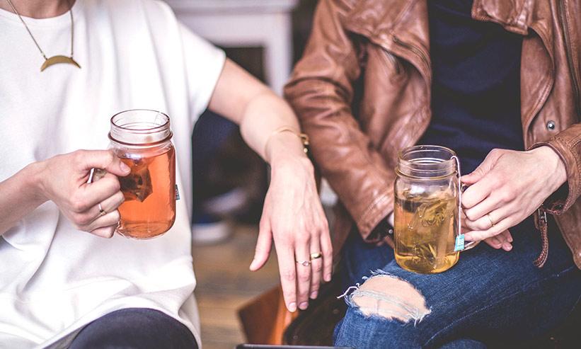 お酒を飲むカップル