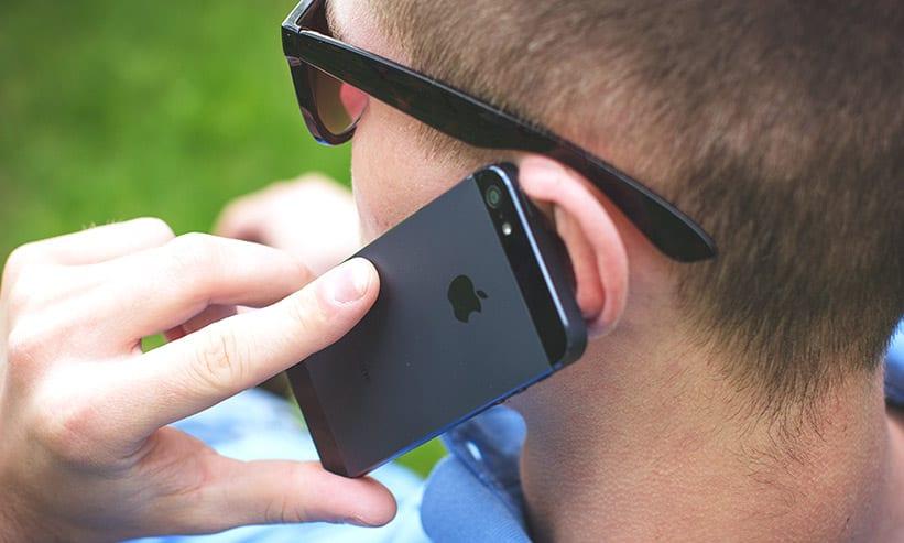 スマートフォンで電話をしている男性
