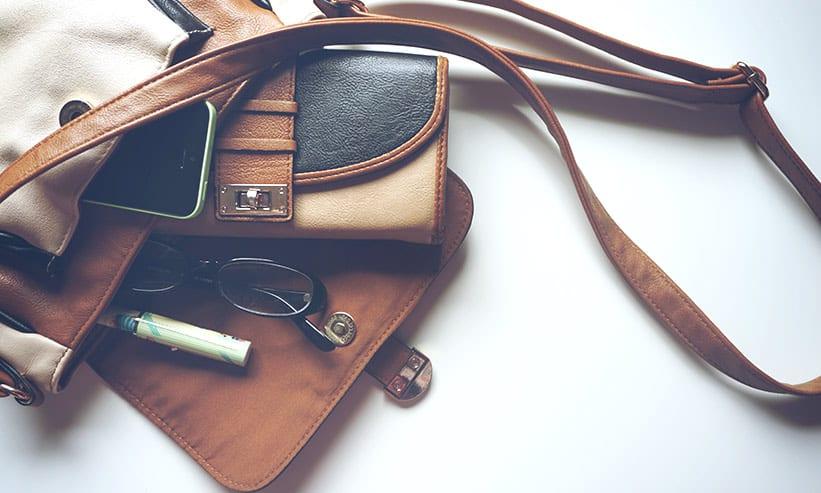 ハンドバックから飛び出る財布