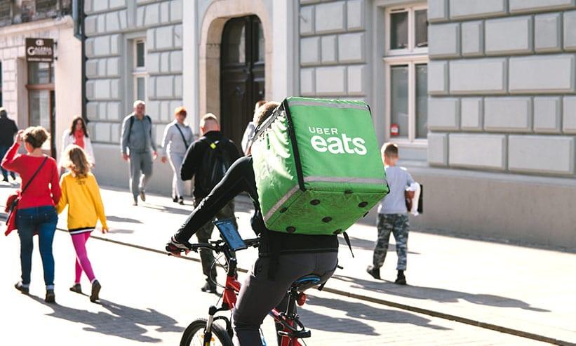 自転車で配達する男性