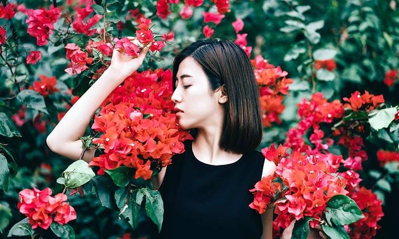 花に囲まれてポーズを取る女性
