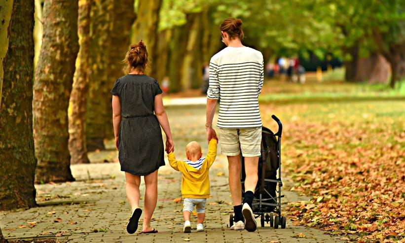 散歩する親子の後ろ姿