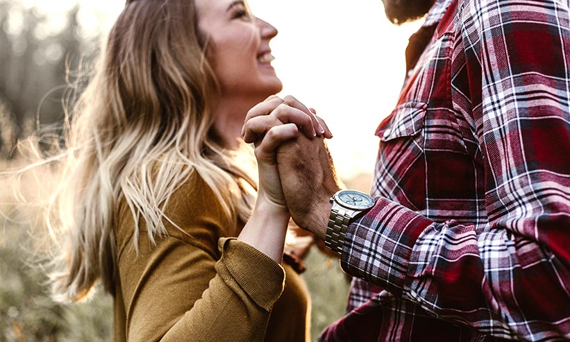 手を握り見つめ合うカップル