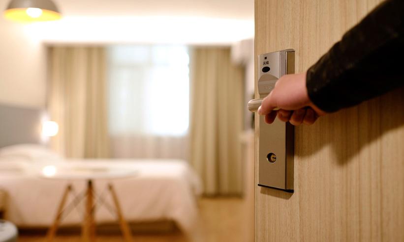 部屋のドアを開けている様子