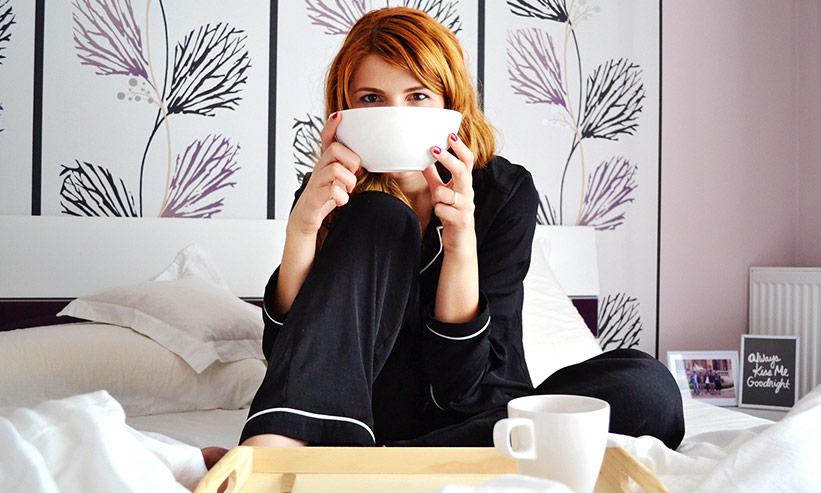 食器で顔を隠す女性