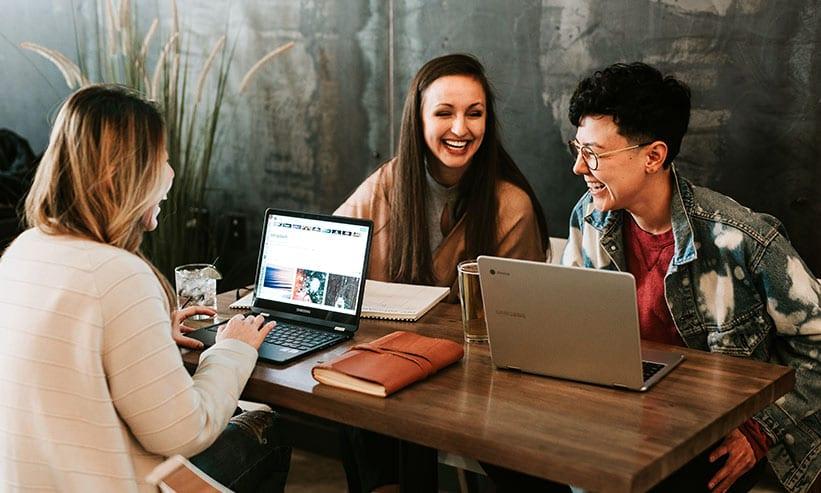 PCで仕事しながら談笑する男女