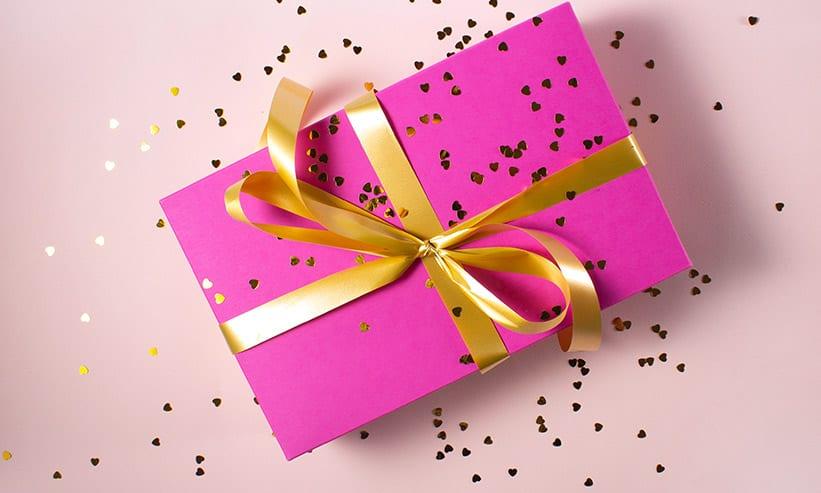 箱がピンク色のプレゼント