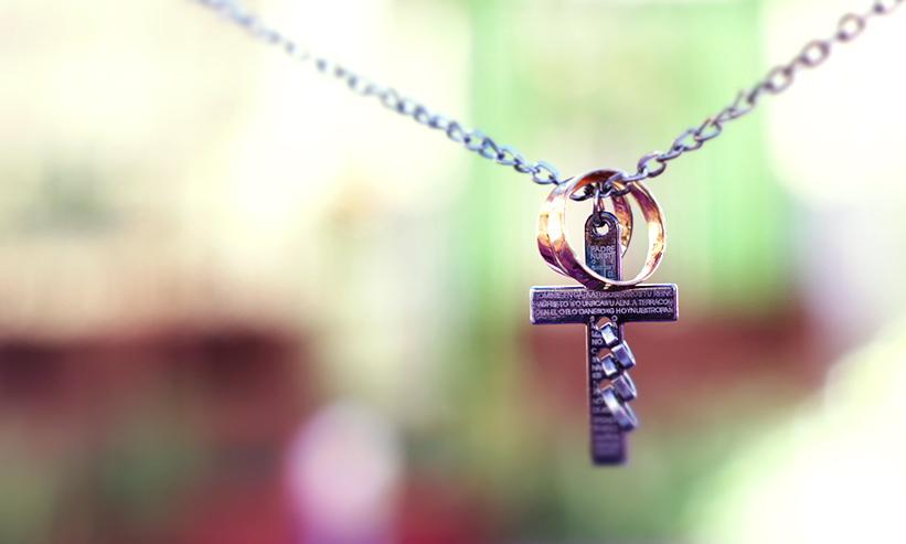十字架のペンダントと指輪