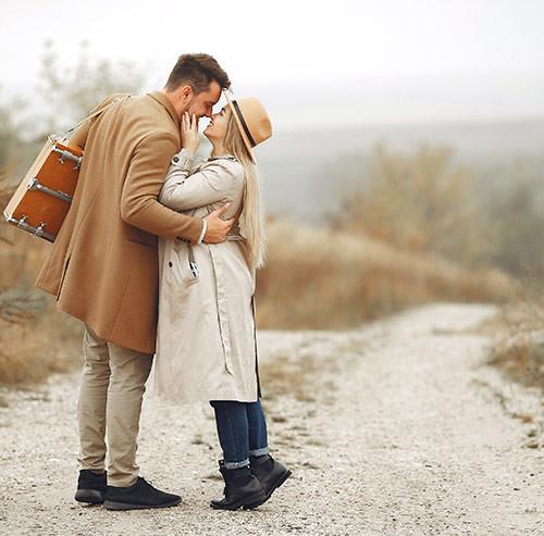 道路でキスをするカップル
