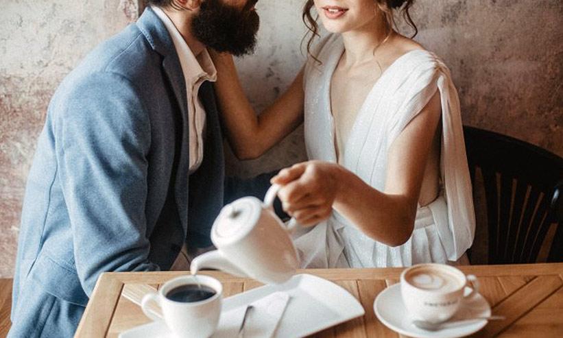 カフェで寛ぐカップル