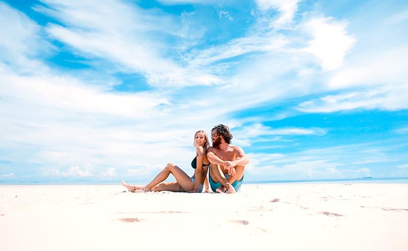 ビーチで座っているカップル