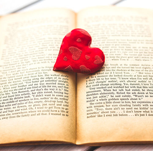 本の上に置かれたハートマーク