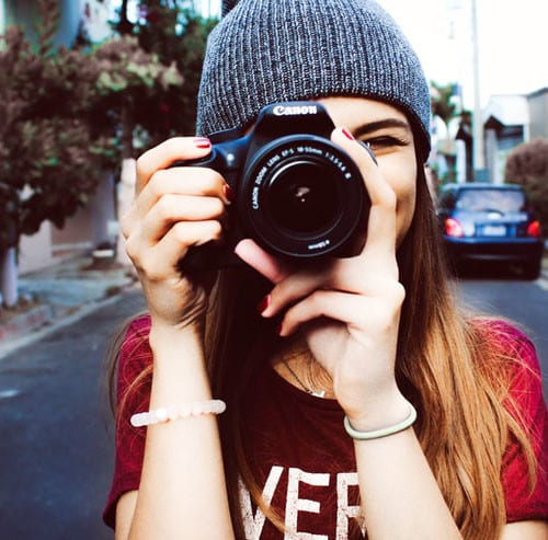 カメラを向ける女の人