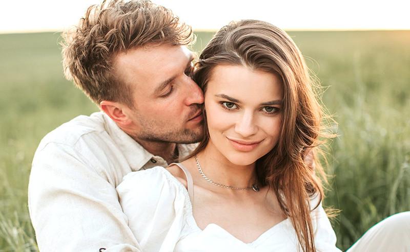 女性にキスをする男性