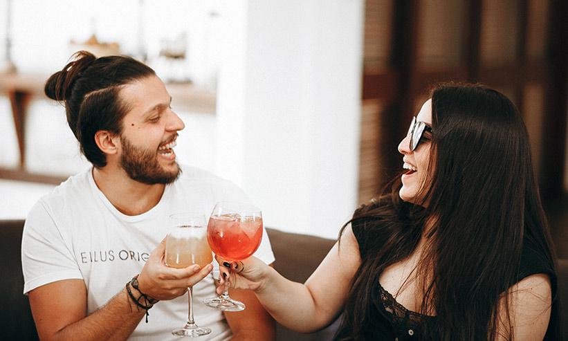 乾杯をしているカップル