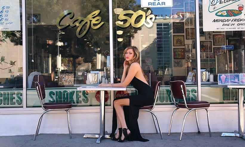 カフェにいるモデルの女性
