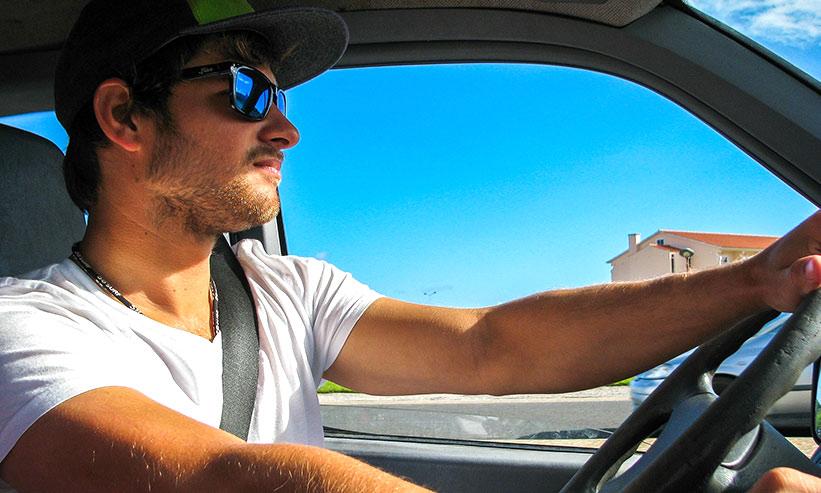 運転している男性