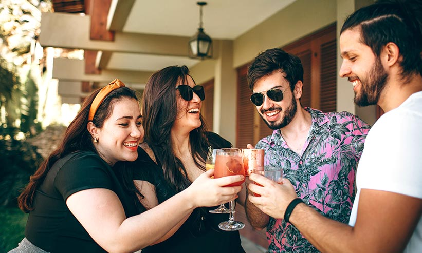 楽しそうに乾杯する男女