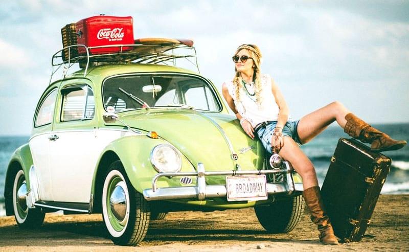 車旅行する女性
