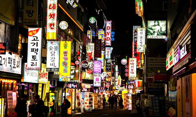 夜の韓国の街並み