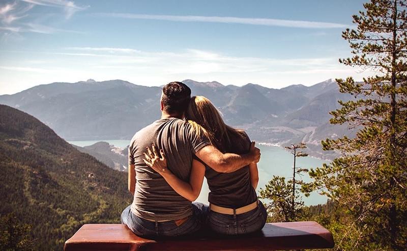 寄り添い肩を組むカップル