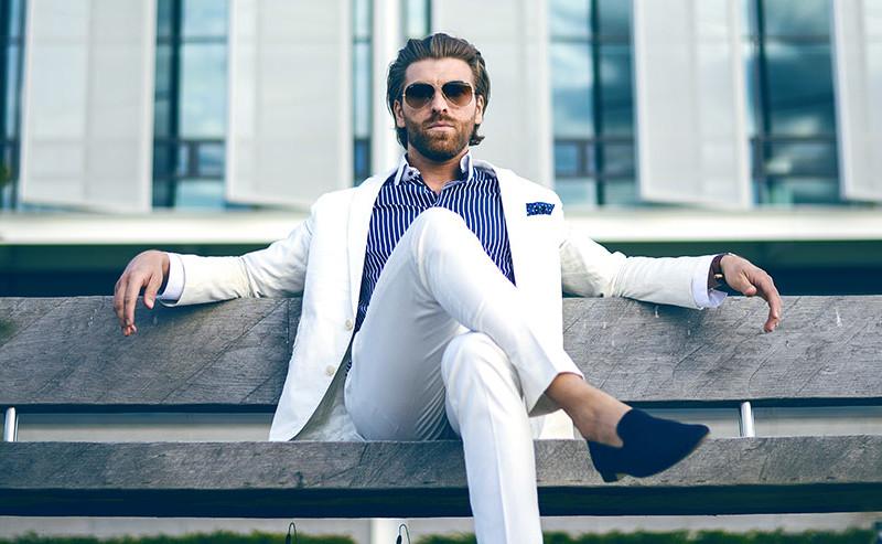 ベンチに座るスーツを着た男性