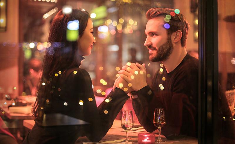 手を取り見つめ合うカップル