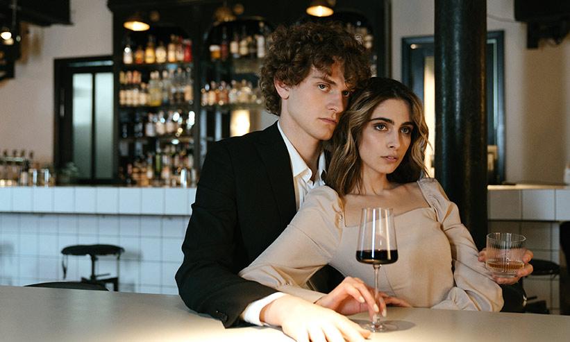 ワインを飲んでいるカップル