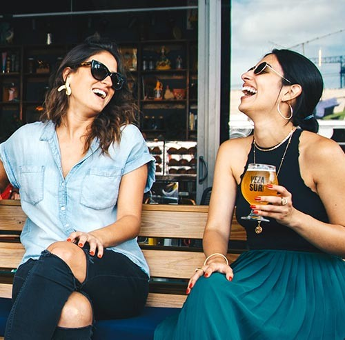カフェで笑っている2人の女性