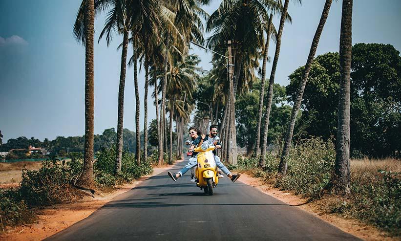 バイクに乗り楽しそうなカップル