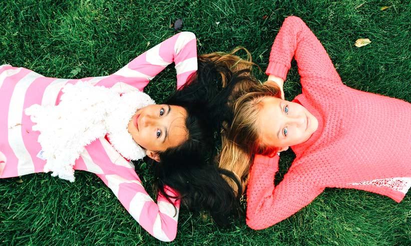 寝転がる2人の女の子