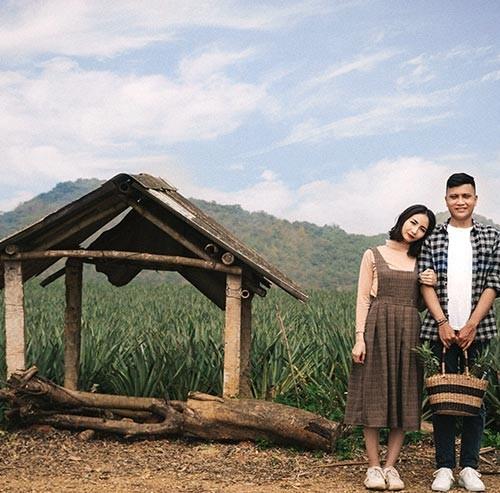 野原に立っているカップル